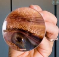 Stor och skarp spegelbild på bekvämt avstånd. (10X resespegel, dia 8 cm)